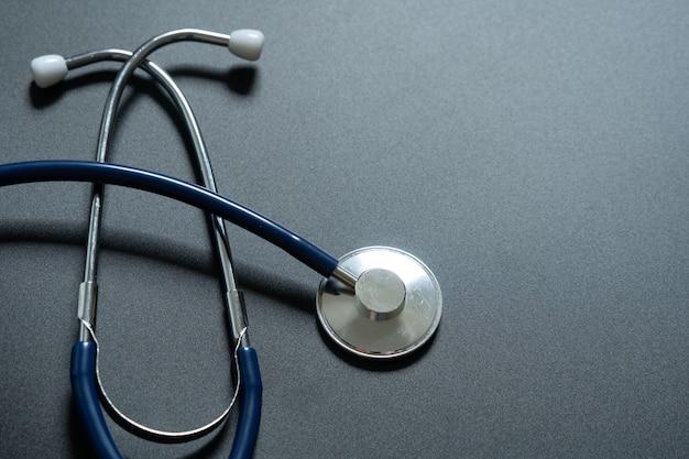 Stethoscoop op grijze achtergrond, bovenaanzicht