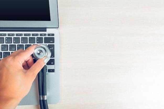 Stethoscoop op laptop, close-up