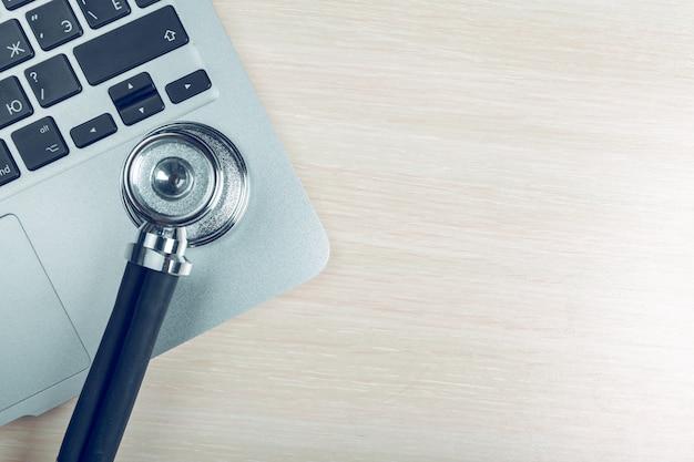 Stethoscoop op laptop