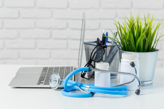 Stethoscoop op moderne laptop berekenen