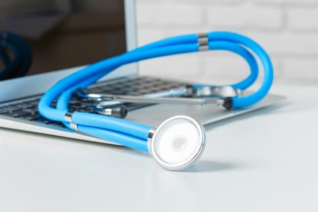 Stethoscoop op moderne laptopcomputer. gezondheidszorg concept