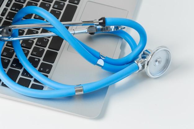 Stethoscoop op moderne laptopcomputer.