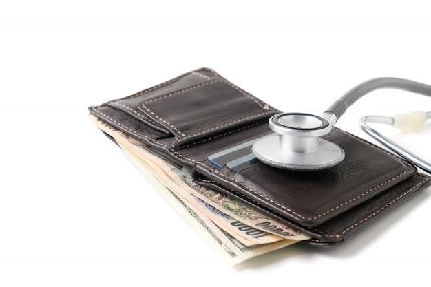 Stethoscoop op portefeuille die op witte achtergrond wordt geïsoleerd.