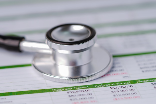 Stethoscoop op spreadsheetpapier.