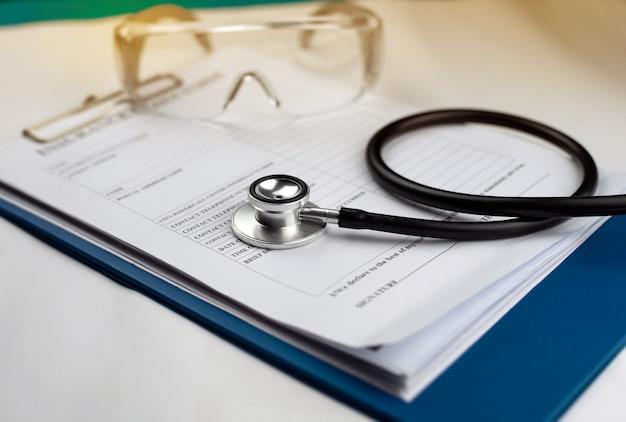 Stethoscoop op verzekeringsclaimformulier