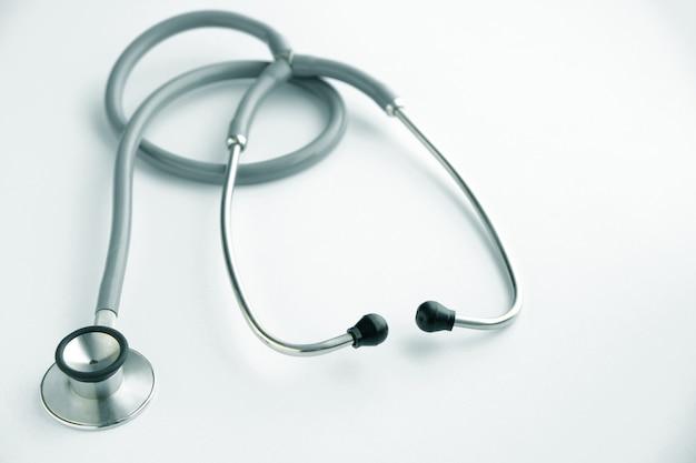 Stethoscoop op witte achtergrond, medisch instrument.