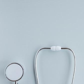 Stethoscoop op witte achtergrond wordt geïsoleerd die