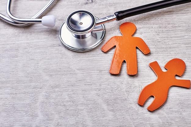 Stethoscoop, symbolen op houten achtergrond. advertentie van gezondheidscentrum.