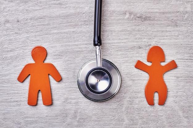 Stethoscoop, symbolen op houten achtergrond. advertentie van medisch centrum.