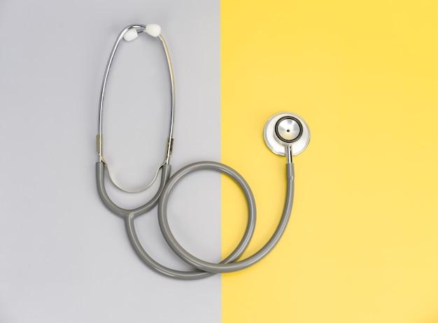 Stethoscoop voor arts en kopieer ruimte op gekleurde achtergrond
