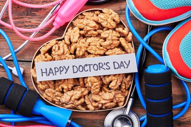 Stethoscoop, walnoten, sneakers, springtouw. geniet van de dag van de dokter.