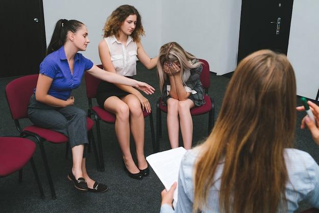 Steunclub voor mensen met een depressie. groepsontvangst bij een psycholoog. het begrip van vrouwen