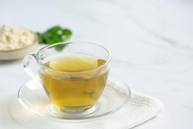Stevia-thee in een glazen beker op tafel