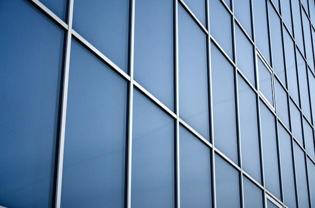Stevige blauwe vensters van het kantoorgebouw. glazen muur
