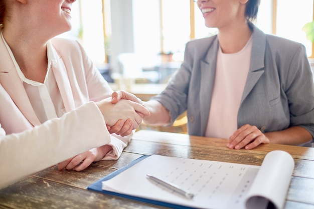 Stevige handdruk van zakenpartners