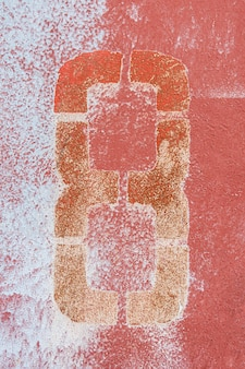 Stevige rood geschilderde muur
