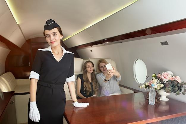 Stewardess bedient passagiers in het vliegtuig.