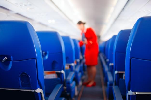 Stewardess verleent diensten aan passagiers in vliegtuigen