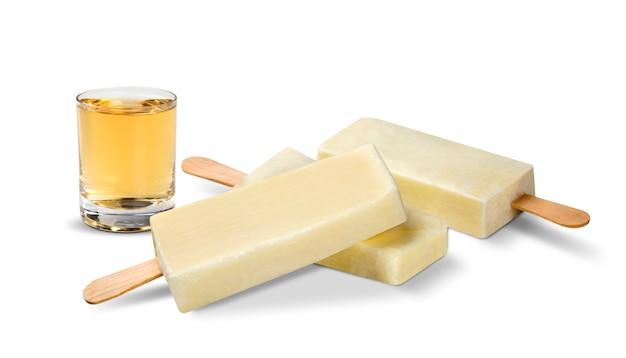 Stick ijs tequila smaak geïsoleerd op hout achtergrond. mexicaanse pallets