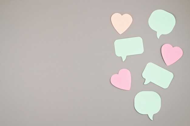Sticker notities in vormen van tekstballonnen en harten met kopie ruimte