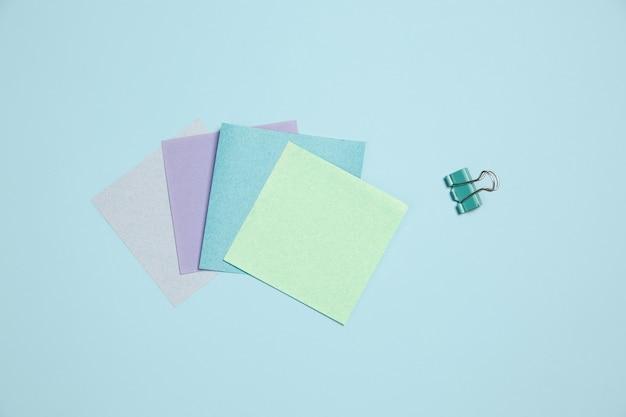 Stickerpapieren. monochroom stijlvolle en trendy compositie in blauwe kleur op studiomuur.