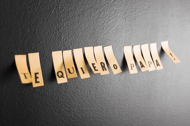 Stickers op muur die te quiero papa zeggen!