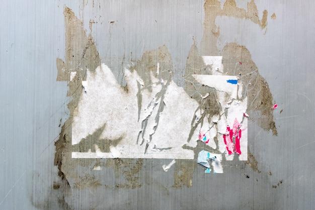 Stickerspoor en lijmspoor op grijze muurtextuur. perfect voor achtergrond.