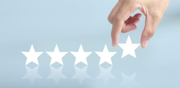 Stijg bij het verhogen van vijf sterren in menselijke hand, verhoog het classificatieconcept voor beoordelingsevaluatie