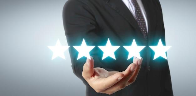 Stijg op het verhogen van vijf sterren in menselijke hand, verhoog de evaluatie van beoordelingen en het classificatieconcept