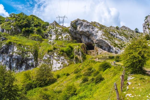 Stijg op naar de grot van san adrian. mount aizkorri 1523 meter, de hoogste in guipuzcoa. baskenland. klim door san adrian en keer terug door de oltza-velden