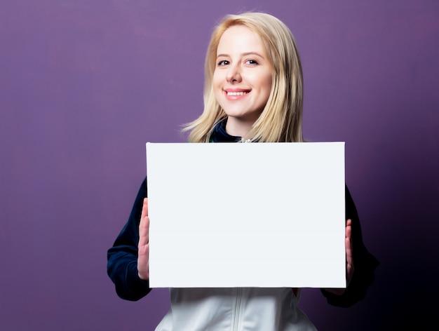 Stijl blonde vrouw in de jaren 80 kleding met witte banner