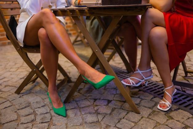 Stijl. mode. schoenen. hoge zwarte dameslaarzen. mooie vrouwelijke benen.