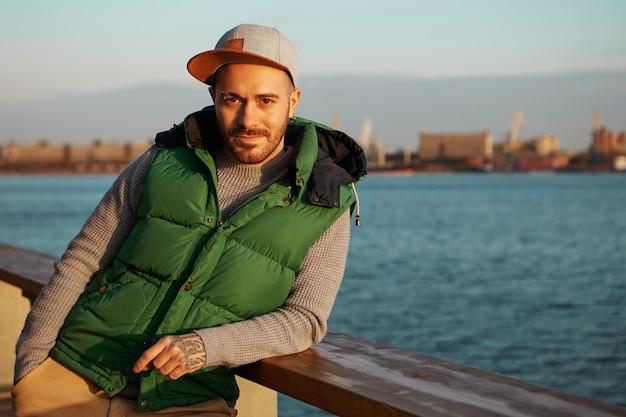 Stijl, stedelijke mode en mensenconcept. portret van aantrekkelijke zekere jonge europese kerel