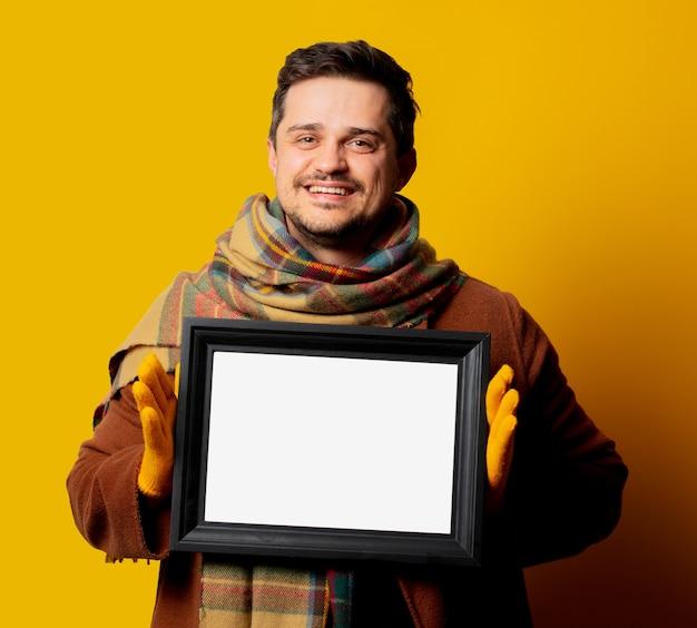 Stijlmens in jas en sjaal met frame