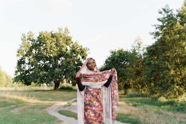 Stijlvol aantrekkelijk moslimmeisje in trendy traditionele kleding, vrouw in traditionele hijab