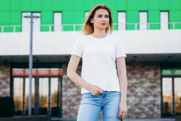 Stijlvol blond meisje met witte t-shirt en bril
