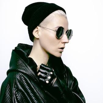 Stijlvol blond model. accessoires hoed en bril. handschoenen. herfst-wintermode in zwarte stijl