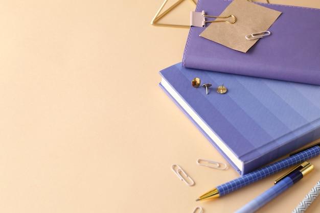 Stijlvol briefpapier op beige achtergrond