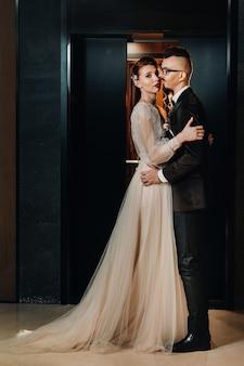 Stijlvol bruidspaar in het interieur. betoverende bruid en bruidegom.