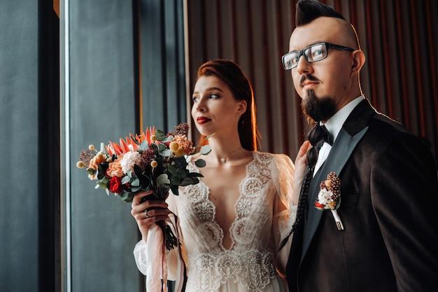 Stijlvol bruidspaar in het interieur