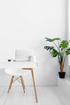 Stijlvol bureau en plant in noordse stijl