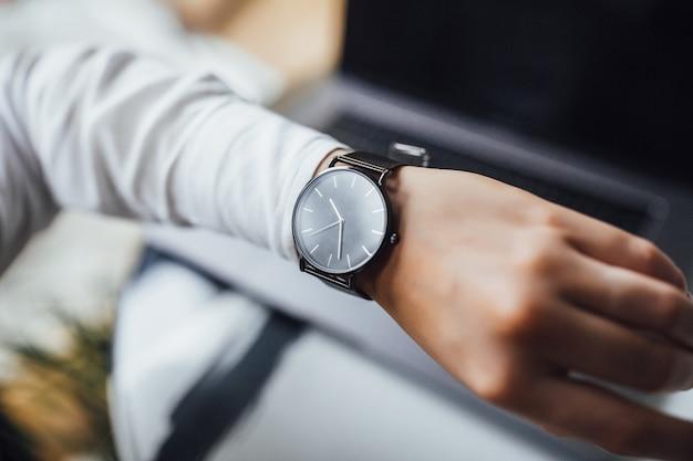Stijlvol duur horloge aan de kant van de vrouw