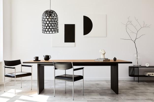 Stijlvol eetkamerinterieur met design houten familietafel, zwarte stoelen, theepot met mok, kunstschilderijen aan de muur en elegante accessoires in modern interieur.