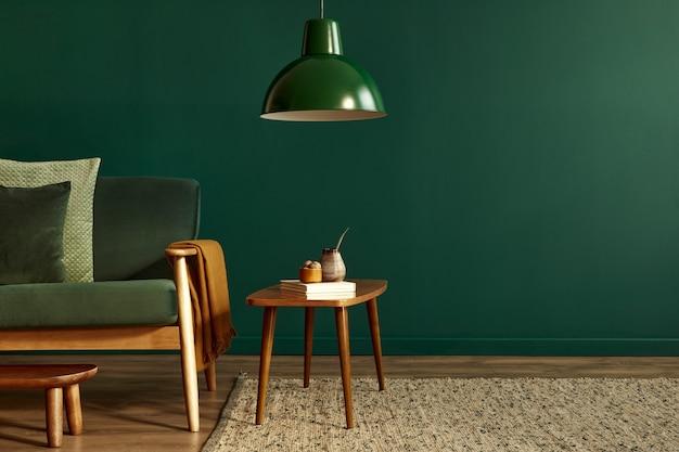 Stijlvol elegant woonkamerinterieur met groene designbank en accessoires kopieerruimtesjabloon