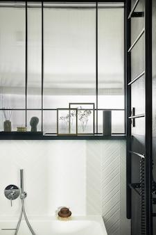 Stijlvol en creatief minimalistisch klein badkamerinterieur met marmeren muren met groene panelen, planten en prachtige badkameraccessoires. minimalistisch huisconcept. details. sjabloon.