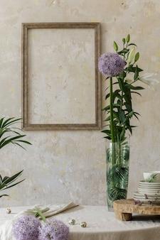 Stijlvol en elegant eetkamerinterieur met eettafel, designstoel, boeket bloemen in vaas en elegante rotandecoratie. bespotten posterframe. sjabloon.
