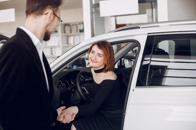 Stijlvol en elegant paar in een autosalon