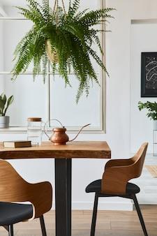 Stijlvol en gezellig interieur van eetkamer met design ambachtelijke houten tafel, stoelen, planten, fluwelen bank, posterkaart en elegante accessoires in modern interieur. sjabloon.