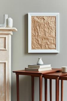 Stijlvol en luxe interieur met witte mock-up posterframe, vazen, boeken, houten krukken, mok en elegante accessoires in woondecoratie. sjabloon.