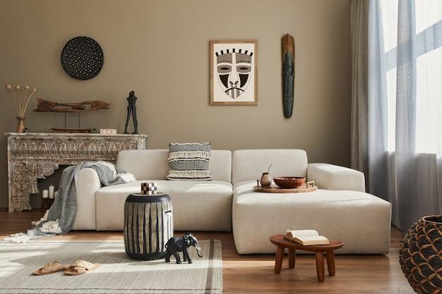 Stijlvol etnisch woonkamerinterieur met modulaire designbank, houten kruk, marokkaanse plank, tapijtdecor, veel decoratie en elegante persoonlijke accessoires. in moderne..